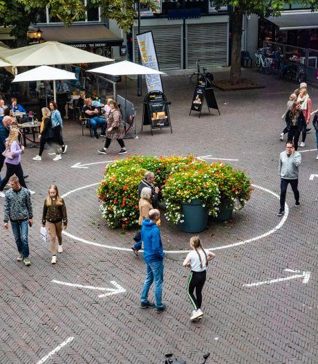 Strepen en pijlen op de straten in Deventer binnenstad genegeerd, anderhalve meter is voorbij
