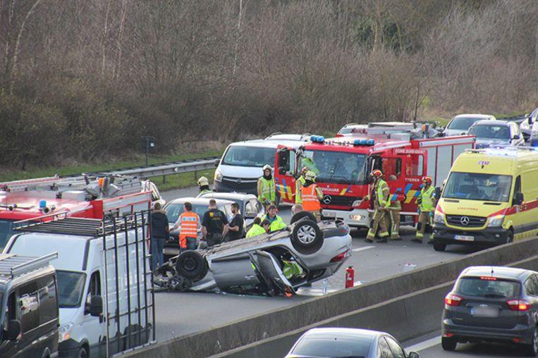 De bestuurder van de wagen werd met zware verwondingen naar het ziekenhuis gebracht.