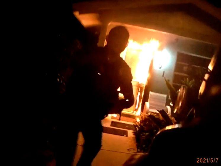Politie in Florida redt vrouw en puppy uit brandend huis