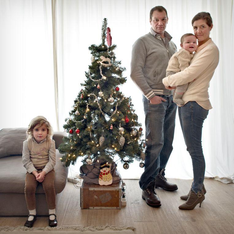 Wendelien Schmidt (38 jaar), Amaury Miller (44) en kinderen Max (7 maanden) en Maria (4) bij hun kerstboom, die eind januari nog staat opgetuigd. Beeld Joost van den Broek
