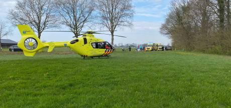 Wielrenner met traumahelikopter naar ziekenhuis na aanrijding bij Holten