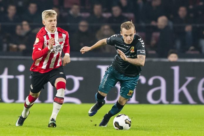PSV speler Oleksandr Zinchenko (l) met GA Eagles speler Marcel Ritzmaier (r)