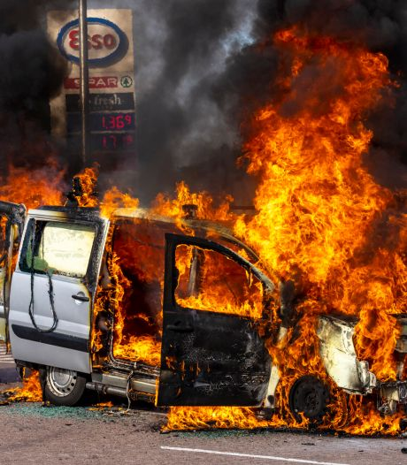Bestelwagen vliegt plotseling in brand langs A27 bij Oosterhout