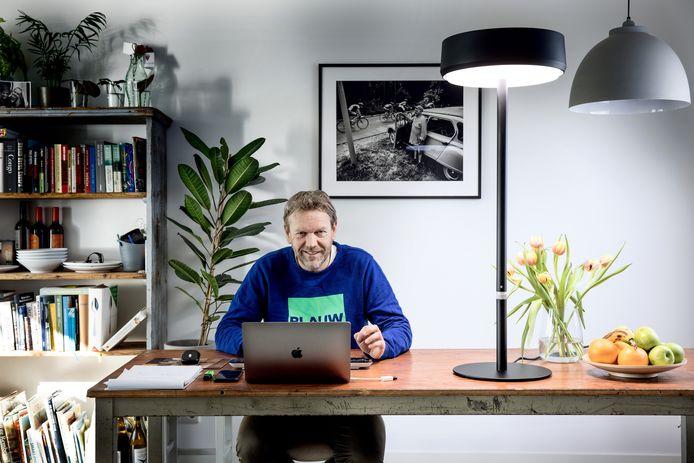 Jeroen Kreule werkt als freelancejournalist altijd thuis. Een maand lang probeerde hij een daglichtlamp uit.