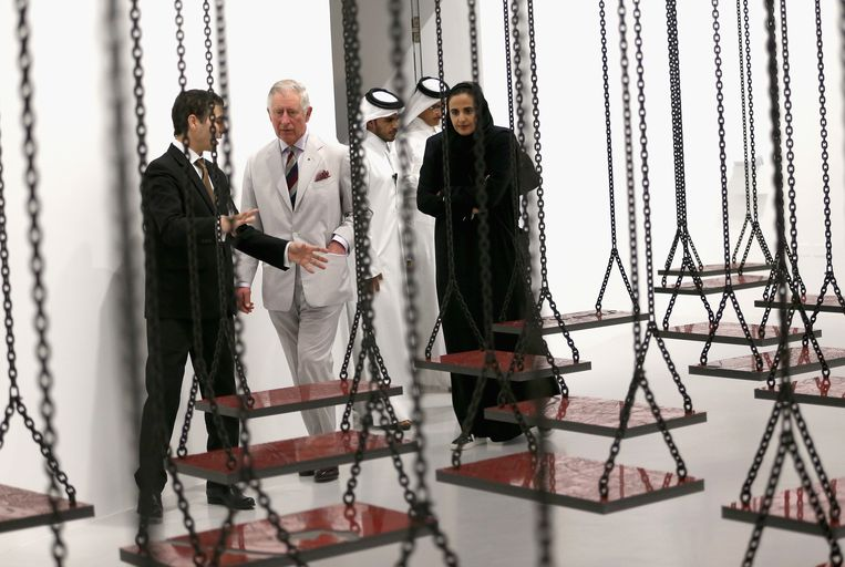 Sjeika Mayassa Al Thani, hier met de Britse prins Charles in het Museum of Modern Art in Qatar. Beeld GETTY