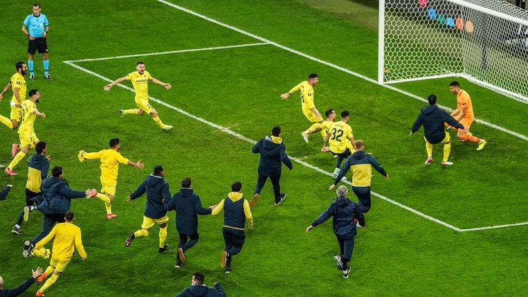 De spelers van Villarreal bestormen hun doelman na zijn beslissende redding.  Beeld AFP