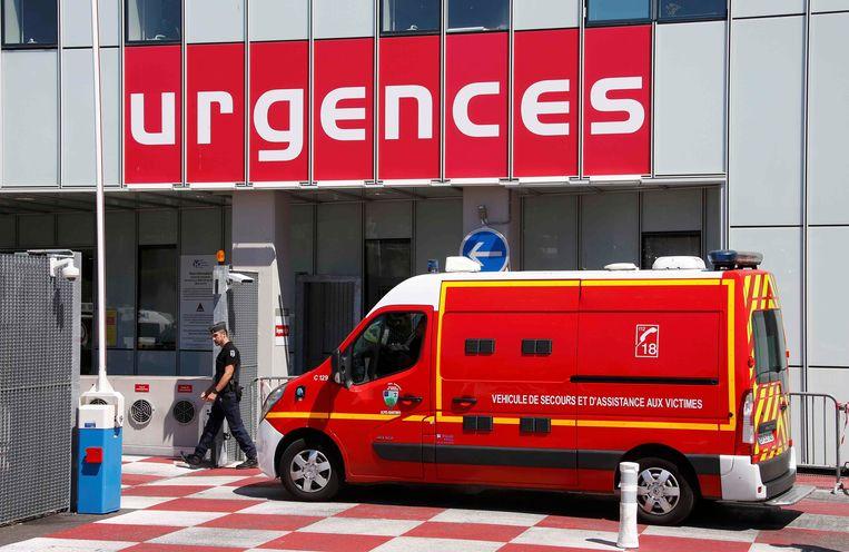 Een ambulance aan het Pasteur-ziekenhuis in Nice. Beeld REUTERS