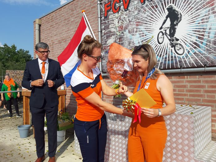 Merel Smulders wordt gehuldigd bij Wycross om haar bronzen Olympische medaille. Laura Smulders hangt haar zus Merel de bronzen medaille om.