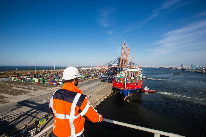 Een containerschip komt aan bij de Maasvlakte.