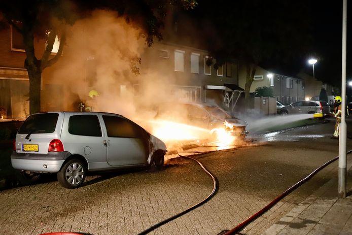 Twee auto's gingen in vlammen op aan de Doctor Ariënsstraat in Gennep.