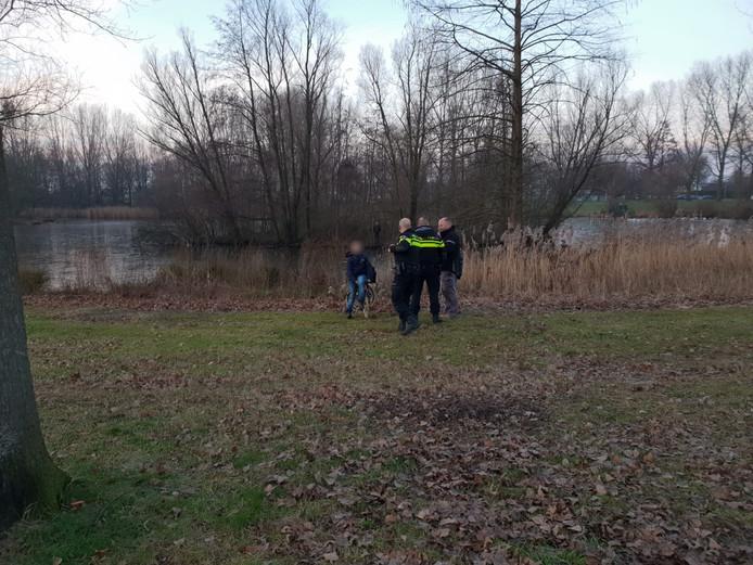 Politie verzamelt zich in Hengelo, op de achtergrond is het jongetje nog zichtbaar
