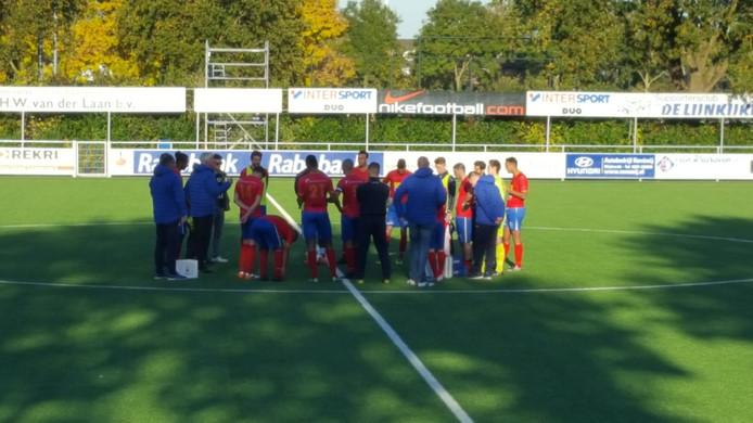 Hoek-trainer Jannes Tant spreekt zijn selectie toe na de 2-3-zege op Argon.