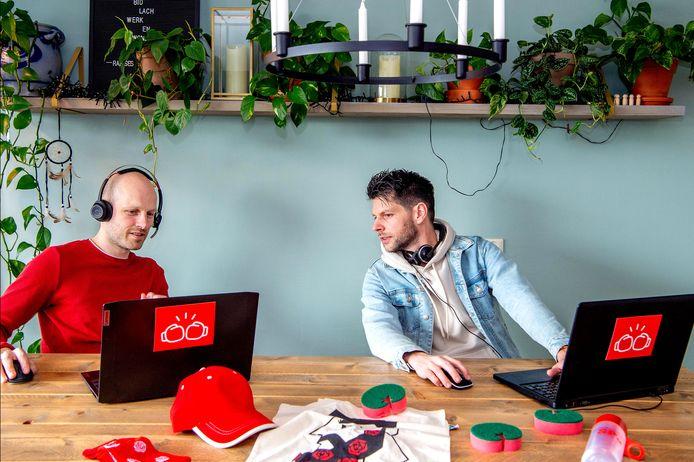 Organisatoren Kosse Stegman, Laurens van der Vlist (niet aanwezig op de foto, woont in Amsterdam) en Maarten Eliens hebben proefgedraaid. Ze zijn klaar voor hun online politieke quiz 'Knock-out Quiz' donderdagavond.
