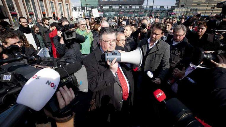 Enkele honderden mensen, onder wie burgemeemeester Hubert Bruis (M) van de gemeente Nijmegen, doen bij het politiebureau aan de Nijmeegse Stieltjesstraat aangifte wegens discriminatie tegen PVV-leider Geert Wilders. Beeld anp