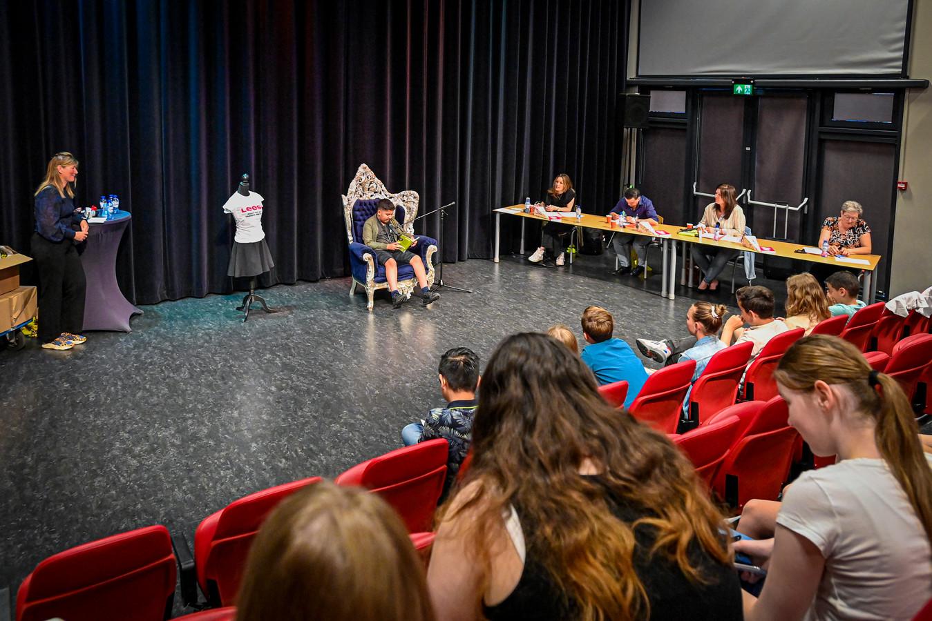 20210609 -OUDENBOSCH- Foto: Pix4Profs/Peter Braakmann - Jonge Jury heeft te maken met de voorleescompetities die ook op middelbare scholen waren. Markland heeft paar bekende schrijvers uitgenodigd en doet het nu op school.(Foto: Zakaria Loufi leest voor)