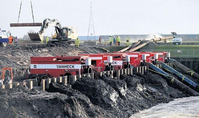 Nederlandse waterpompen zijn donderdag aan de kust bij Bridgwater geïnstalleerd. Beeld getty