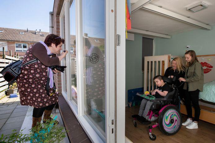 Fotografe Annemarie Vriends, moeder Saskia van de Wiel en haar dochters Noa en Lynn (in rolstoel) Kokluk.