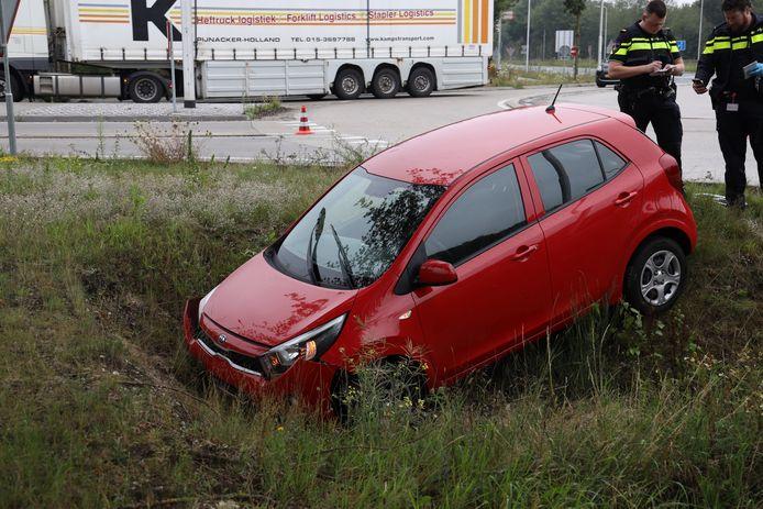 Auto's belanden in berm na ongeluk op rotonde in Reek.