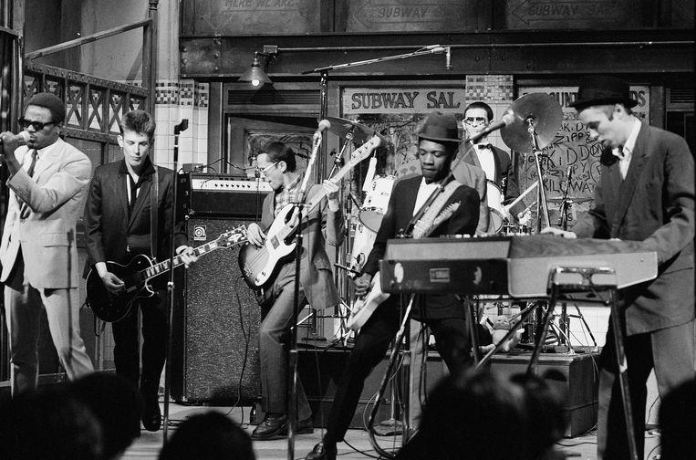 The Specials met leden uit hun oorspronkelijke samenstelling met (v.l.n.r.) zanger Neville Staple, gitarist Roddy Byers, bassist Horace Panter, gitarist Lynval Goldring, drummer John Bradbury en toetsenist Jerry Dammers in 1980. Beeld NBCUniversal via Getty Images