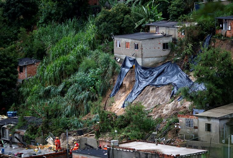 Reddingswerkers zoeken slachtoffers na een modderstroom in Belo Horizonte.