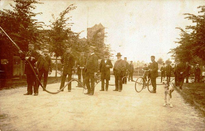 De brandweer hield rond 1900 op de Koningin Wilhelminalaan een oefening met de brandspuit. De brandslang werd door de vaste brandwacht met lussen omhoog gehouden. Op de achtergrond het oude stationsgebouw.