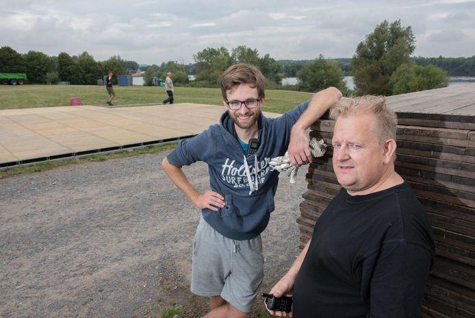 Organisatoren Simon Lamon en Peter Deconinck tijdens de opbouw van het mountainbike-event.