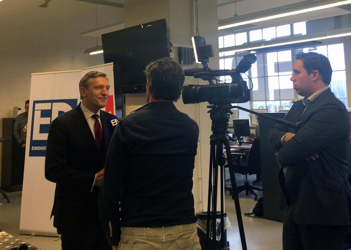 Lijsttrekker Buma in gesprek met cameraman Ruud Ritzen op de redactie van het ED in Eindhoven.
