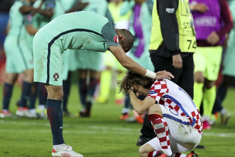Pepe troost Luka Modric, zijn ploeggenoot bij Real Madrid, na de uitschakeling van Kroatië. Beeld anp