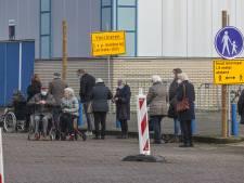 Ook lange wachtrijen in Zwolle bij vaccinatie ouderen: 'We zetten extra mensen in'
