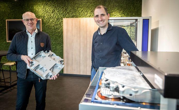 Dick Laro (Rechts) en Harry Kleijnen met een 3D geprinte waferstage van ASML.