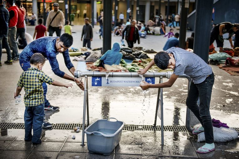 Water in het Keleti Station in Budapest Beeld Eric De Mildt