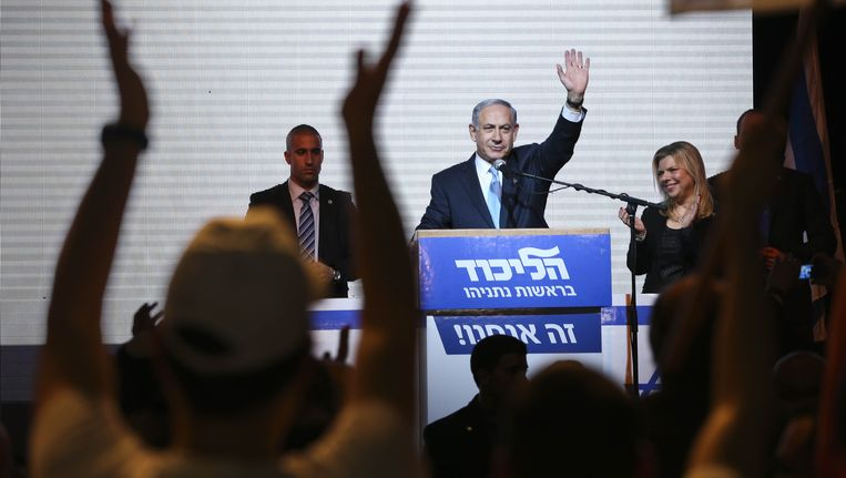 Netanyahu begroet zijn supporters op het verkiezingshoofdkwartier in Tel Aviv. Beeld ap
