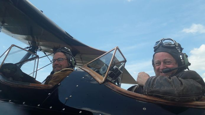De Boeing Stearman vliegt zondag van Seppe naar Schiphol. Links Kees van Til en rechts Hans Nordsiek.