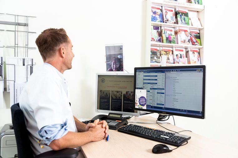 Cardioloog Wilco Tanis van het Haga ziekenhuis in Den Haag ziet patiënten via beeldbellen. Beeld Jiri Büller