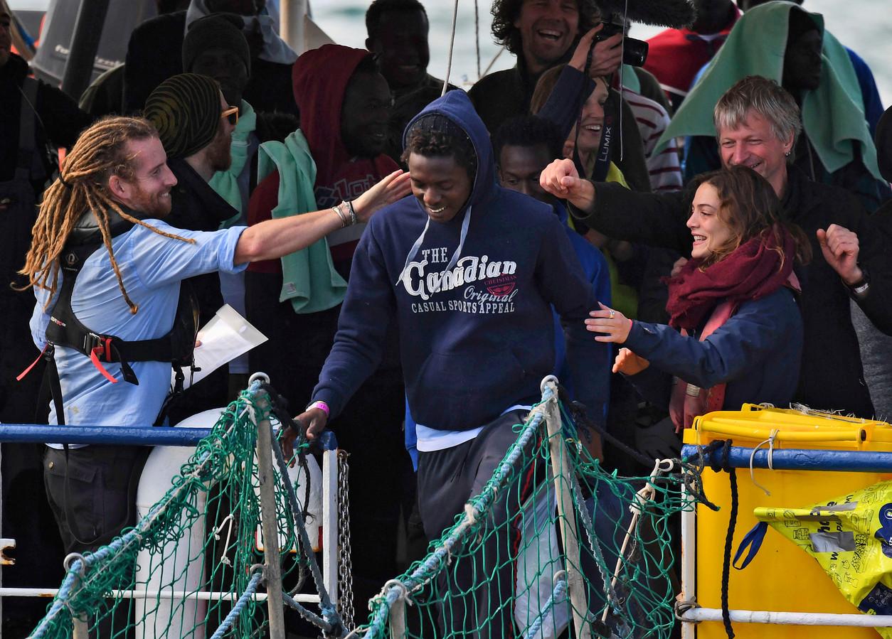 Een van de 47 migranten verlaat de Sea Watch 3. Anne Paul: ,,Mensen aan hun lot overlaten, omdat dit op langere termijn wellicht beter is, kan ik simpelweg niet.''