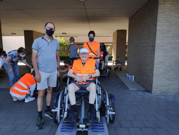 BilzenRun en Bilzenbeweegt sponsoren uitstap met rolstoelfietsen voor wzc Demerhof in Bilzen.