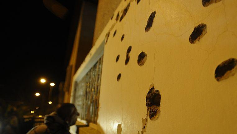 Een Israëli aanschouwt de schade aangericht door een Palestijse raket in Beër Sjeva. Israël nam vergelding voor de actie en voerde voorbije nacht bombardementen uit op Gaza. Beeld AFP
