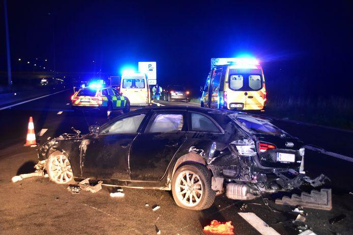 De verhakkelde voertuigen versperden een groot deel van de E17, na het ongeval in Waregem.