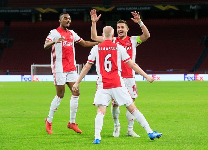 Davy Klaassen wordt na zijn goal tegen Lille gefeliciteerd door Dusan Tadic en Ryan Gravenberch.