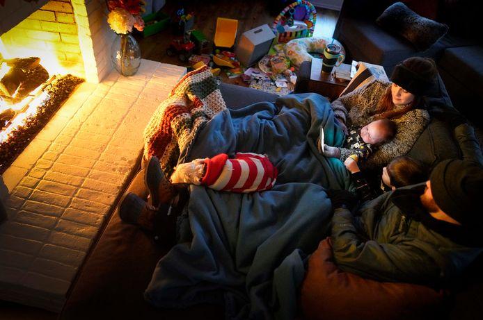 Dan Bryant en zijn echtgenote Anna installeren zich bij het haardvuur met hun zoontjes Benny (3) en Sam (12 weken), en hun hond Joey.  Stroom hebben ze op dat moment niet.