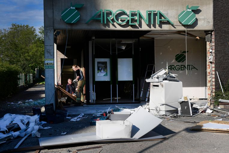 Ravage na een plofkraak in een Argenta-filiaal in Gruitrode. Beeld BELGA