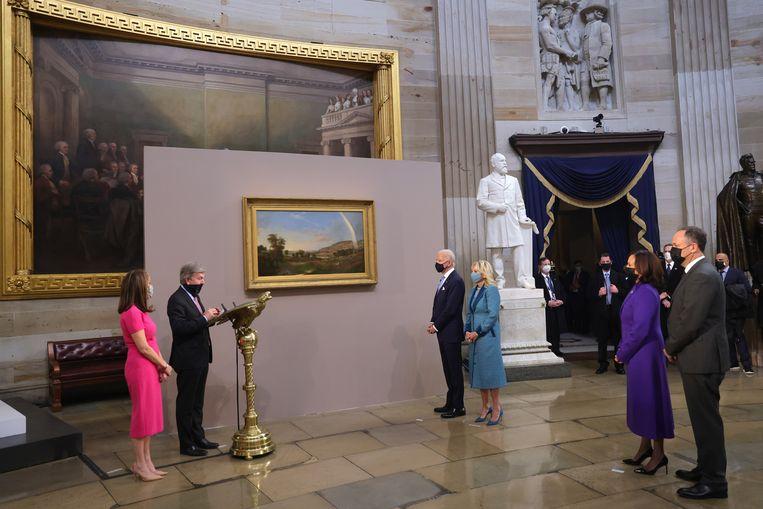 President Biden bij de onthulling van het 'inaugurele schilderij' ´Landscape with rainbow´ in de rotunda van het Capitool (Robert S. Duncanson, 1859). Beeld EPA