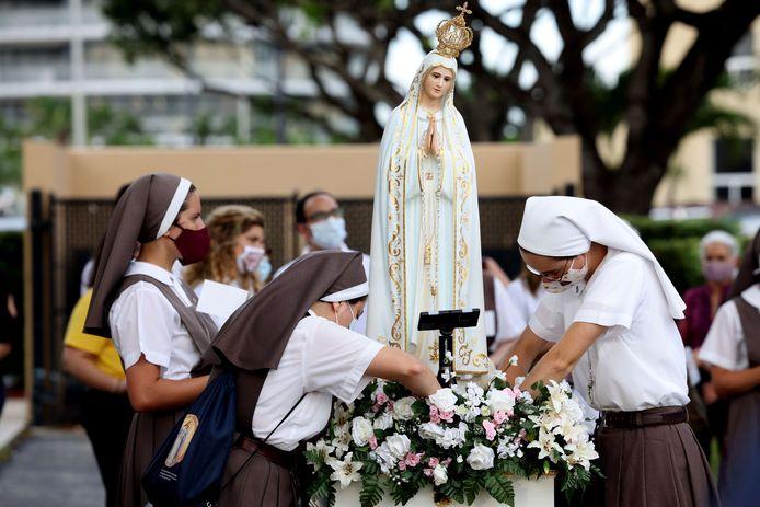 Nonnen rouwen om de slachtoffers.