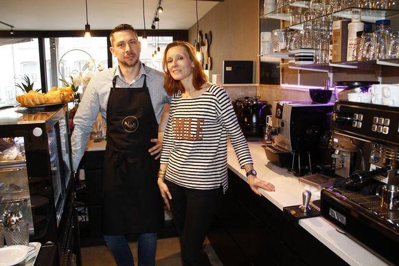 Sylvie en haar man Filip in de koffie- en soepbar 'Nell'.