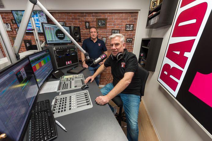 Radio JND bestaat 5 jaar. Jan Molenberg (r) en Ruud van Velzen hebben genoeg ambities voor de toekomst van de radiozender.