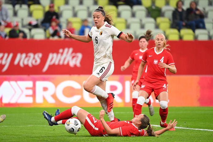 Tine De Caigny springt over een Poolse verdedigster.