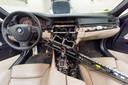 Het interieur van een BMW nadat een auto-inbreker heeft toegeslagen.