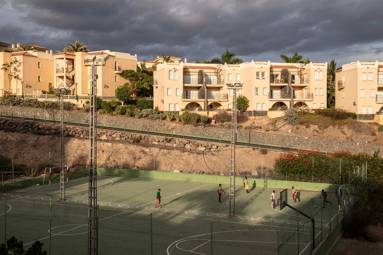 Een groep migranten speelt voetbal op een veldje bij een appartementencomplex in Maspalomas dat migranten opvangt.  Beeld César Dezfuli