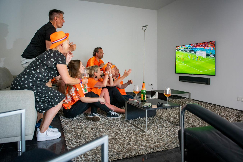 Rick Verschure van dweilorkest 't Spult uit Zutphen is al jaren vaste gast bij de wedstrijden van Oranje, vanwege corona volgde  hij de wedstrijd niet in het stadion, maar bij vrienden thuis.