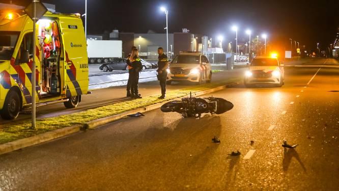 Flinke klap op bedrijventerrein in Apeldoorn: bestuurders auto en motor naar ziekenhuis